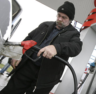 Заправка топливом автомобиля на автозаправке. Архивное фото