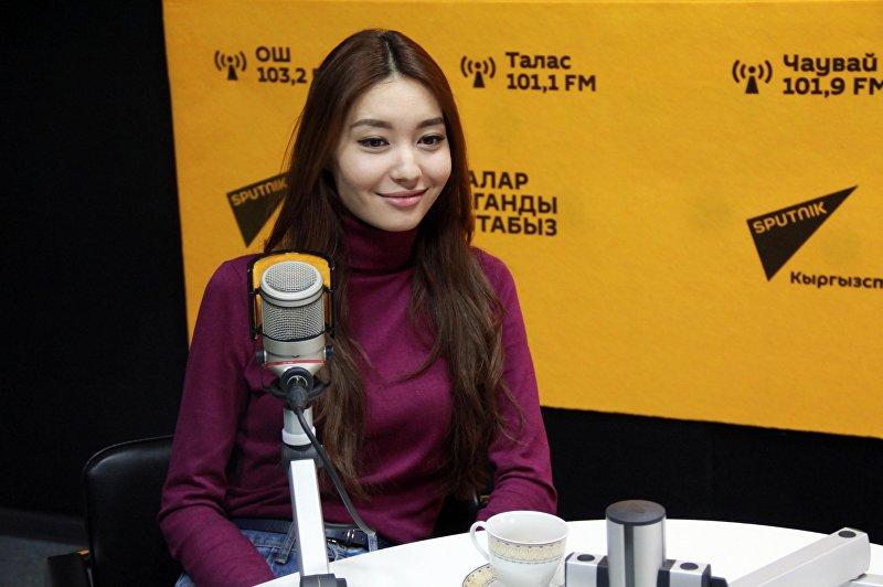 Актриса и модель Айгерим Назар во время интервью на радио Sputnik Кыргызстан