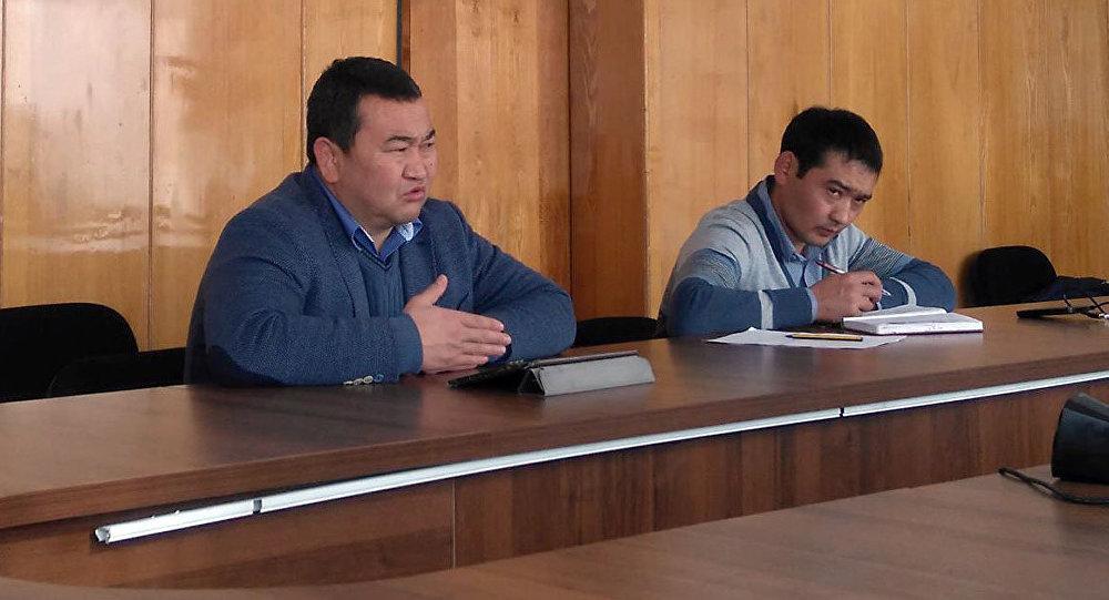 Глава Иссык-Кульской области Асхат Акибаев во время встречи с директорами кафе у Боомского ущелья в здании мэрии г. Балыкчи