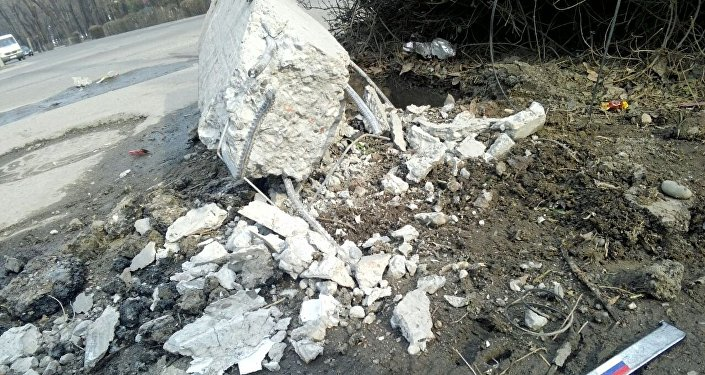 Известно, что в момент аварии автомобиль повредил ворота частного дома.