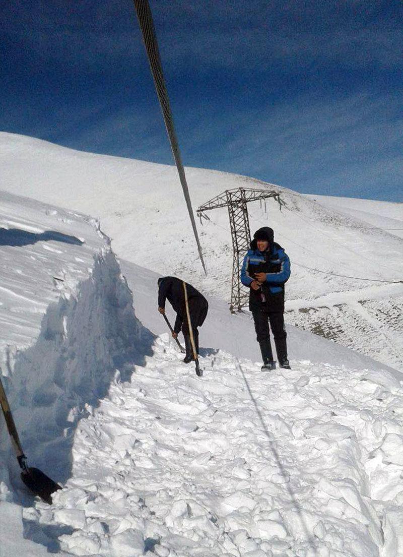 Сотрудники Джалал-Абадского предприятия высоковольтных электрических сетей и работники радиорелейной станции расчистили от снега провода ЛЭП Урумбаш — Жетиген