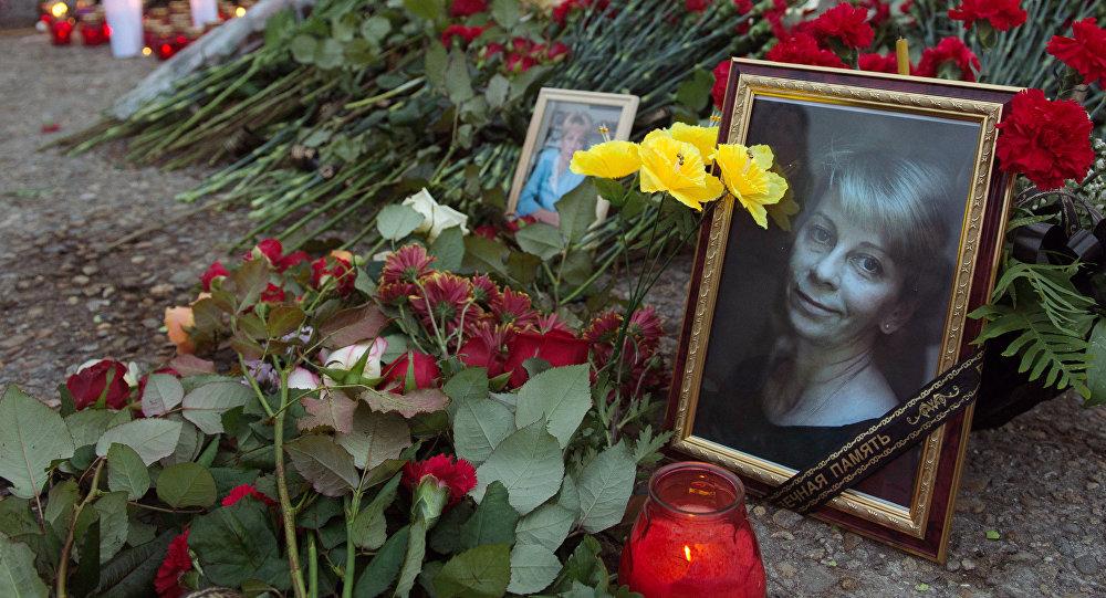 Цветы и свечи на площади Южного мола морского порта в память о жертвах крушения ТУ-154 в Сочи.