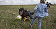 Колуна баласын кармап алып чуркап келе жаткан мигрантты буттан чалган венгер журналисти. Архив