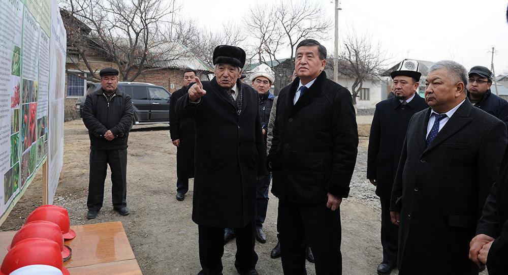 Премьер-министр Сооронбай Жээнбеков Баткен облусуна болгон жумушчу сапарынын алкагында аймактык биофабриканын курулушунун жүрүшү менен таанышуу учурунда