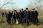 Премьер-министр Сооронбай Жээнбеков во время осмотра плодопитомника, который расположен в селе Арпасай Кадамжайского района
