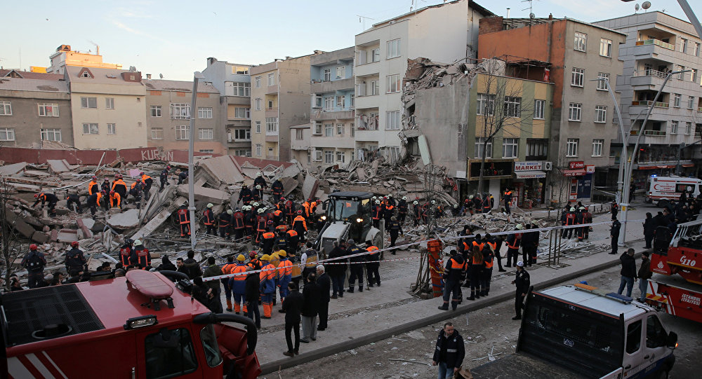 Спасатели на месте обрушения многоэтажного здания в стамбульском районе Зейтинбурну