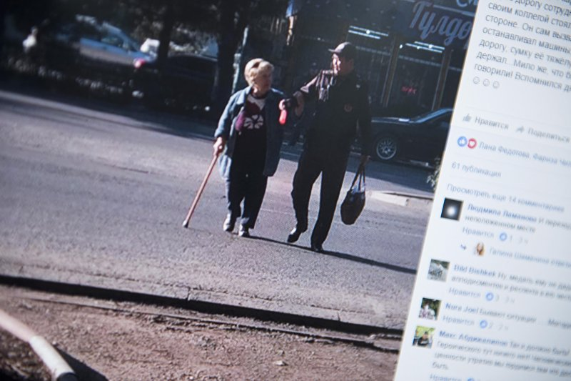 Снимок с социальной сети Facebook пользователя Галины Шаманиной. Сотрудник Управления патрульной милиции помогает пожилой женщине в микрорайоне Восток-5 в Бишкеке