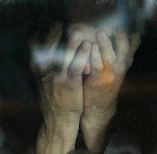Подозреваемая закрывает лицо руками. Архивное фото