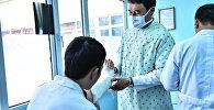 Врачи во время осмотра пациента. Архивное фото