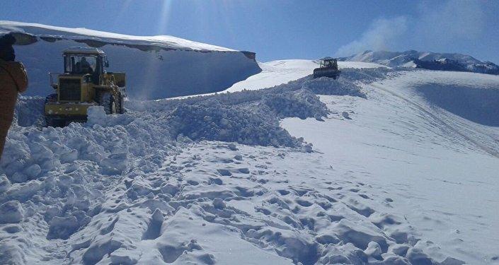 Нарын облусунун Ак-Сай, Арпа өрөөндөрүнө барчу жолдор калың кардан тазаланууда