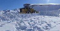 Расчистка снега в долинах Ак-Сай и Арпа Нарынской области