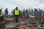 Сотрудники МЧС на месте крушения самолета недалеко от аэропорта Манас