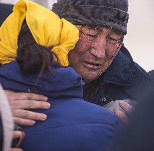 Родные и близкие погибших при крушении самолета Boeing-747 недалеко от аэропорта Манас