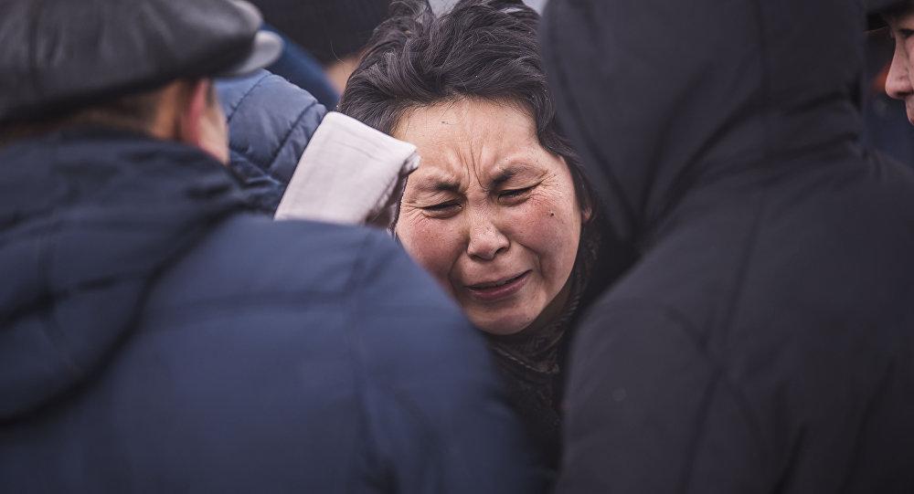 Родственники погибших в авиакрушении самолета Boeing-747 в селе Дача-Суу недалеко от аэропорта Манас