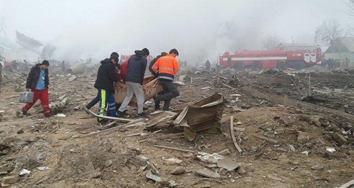 Спасатели и местные жители несут тело погибшего при крушении самолета Boeing-747 в селе Дача-Суу недалеко от аэропорта Манас