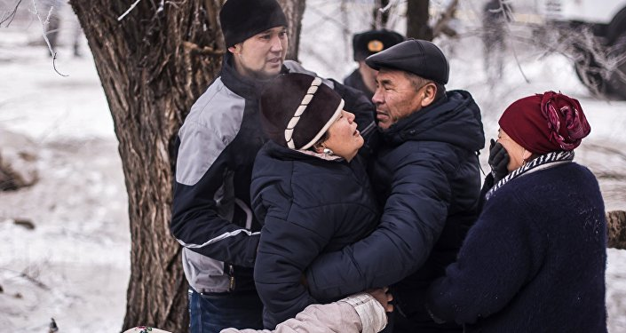 Местные жители на месте крушения грузового самолета компании MyCargo Airlines, осуществлявшего рейс Гонконг - Стамбул, недалеко от аэропорта Манас в селе Дача-Суу Сокулукского района Чуйской области близ Бишкека в Киргизии.