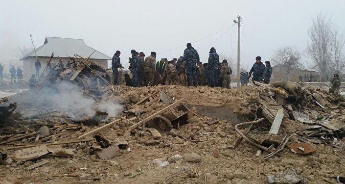 Сотрудники МЧС на месте авиакрушения самолета Boeing-747 в селе Дача-Суу недалеко от аэропорта Манас