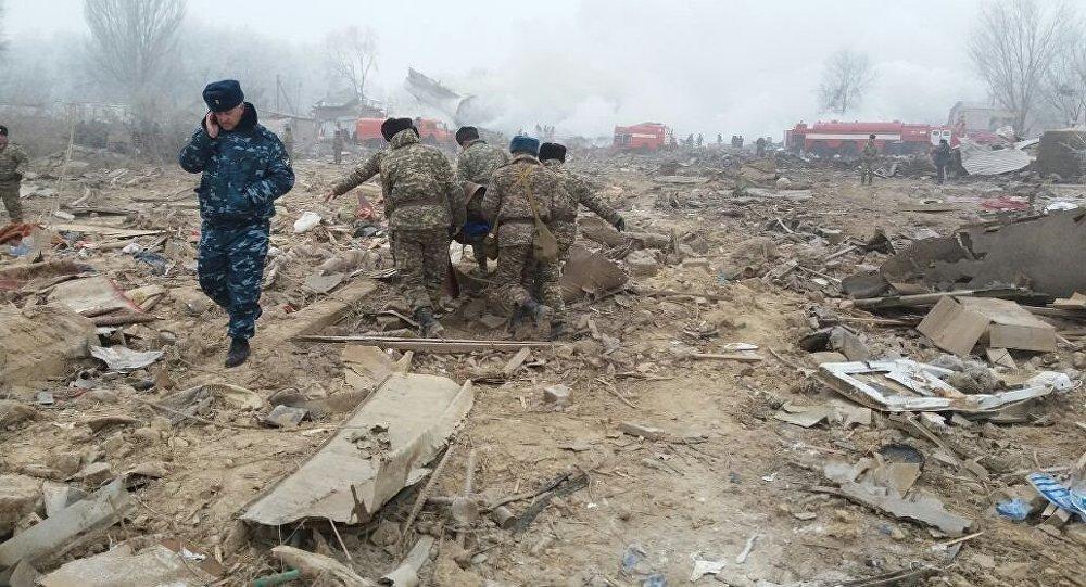 Сотрудники правоохранительных органов на месте авиакрушения самолета Boeing-747 в селе Дача-Суу недалеко от аэропорта Манас