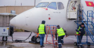Технический персонал аэропорта Манас проводят предполетную подготовку самолета. Архивное фото