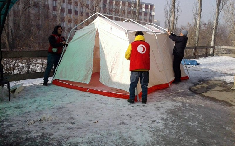 Для родных и близких погибших в результате крушения грузового авиалайнера в селе Дача-Суу организован временный лагерь, где людям предлагается еда и горячие напитки