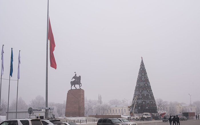 Приспущенный флаг Кыргызстана на площади Ала-Тоо в день траура по погибшим в авиакатастрофе недалеко от аэропорта Манас