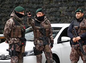 Члены турецкого спецназа стоят на страже у штаб-квартиры полиции в Стамбуле, Турция, 17 января 2017 года