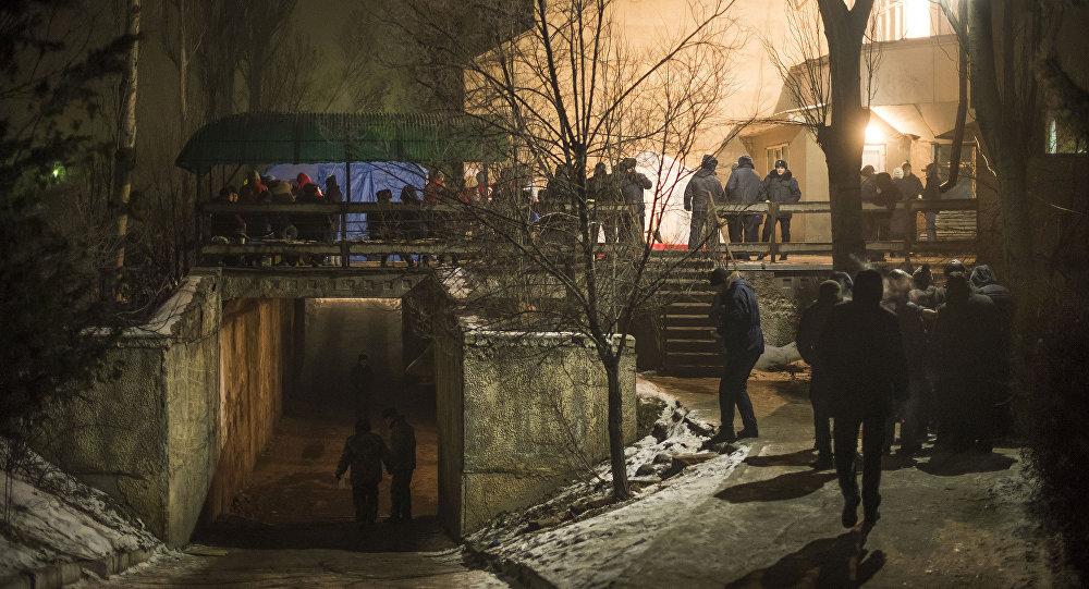 Сотрудники правоохранительных органов и родственники погибших в авиакатастрофе самолета Boeing-747 у городского морга в Бишкеке