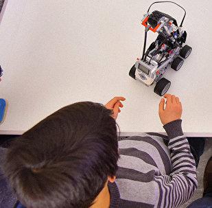 Дети в клубе робототехники. Архивное фото
