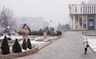 Девушка идет возле здания Кыргызской национальной филармонии им. Т. Сатылганова в Бишкеке. Архивное фото
