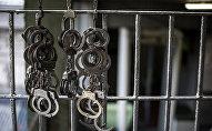 Наручники висят в здании тюрьмы. Архивное фото