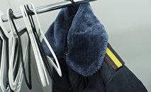 Форма сотрудника милиции на вешалке. Архивное фото