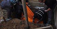 Сотрудники правоохранительный органов на месте обнаружения трупа 69-летней жительницы города Майлуу-Суу
