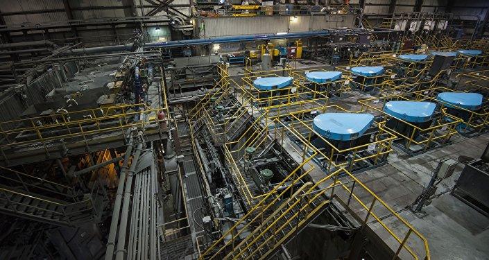 Завод по обогащению золотоносной руды добываемой на руднике Кумтор. Архив