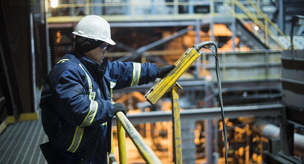 Сотрудник во время работы на заводе по обогащению золотоносной руды добываемой на руднике Кумтор, которую разрабатывает компания Centerra Gold Inc. Архивное фото