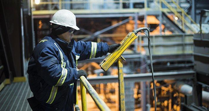 Сотрудник во время работы на заводе по обогащению золотоносной руды добываемой на руднике Кумтор. Архивное фото