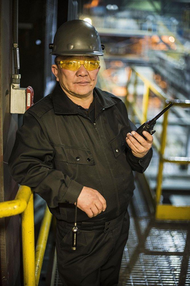 Сотрудник золотодобывающей фабрики Кумтор Голд Компани