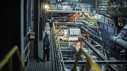 Рабочий на заводе по обогащению золотоносной руды добываемой на руднике Кумтор. Архивное фото