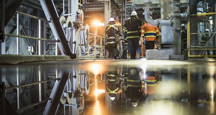 Сотрудники на заводе по обогащению золотоносной руды добываемой на руднике Кумтор, которую разрабатывает компания Centerra Gold Inc. Архивное фото