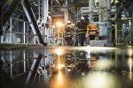 Сотрудники на заводе по обогащению золотоносной руды добываемой на руднике Кумтор. Архивное фото