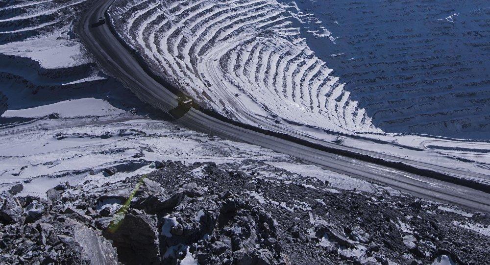 Самосвалы на руднике по добыче золотоносной руды на Кумторе. Архивное фото