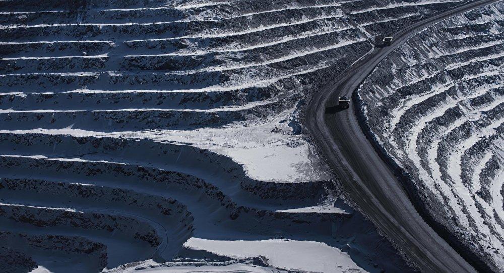 Самосвалы на руднике по добыче золотоносной руды на Кумторе