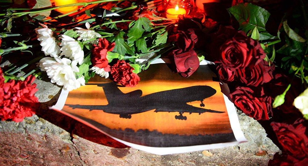 Свечи и цветы на акции памяти в Сочи, где самолет Минобороны РФ Ту-154 потерпел крушение у побережья Черного моря.