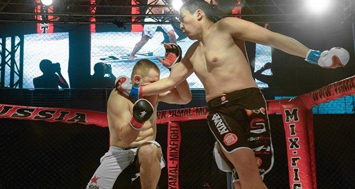 Зрители только втянулись в поединок двух бойцов, как кыргызстанец повалил местного соперника ударом правой руки с разворота