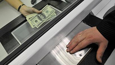 Банк кассасында акча алмаштыруу. Архив