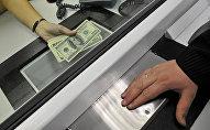 Перевод денег в банке. Архивное фото