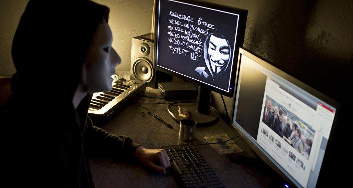 Человек в маске работает за компьютером