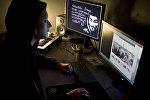 Компьютерде иштеп жаткан маскачан адамдын архивдик сүрөтү