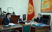 Президент Алмазбек Атамбаев и премьер-министр Сооронбай Жээнбеков. Архивное фото