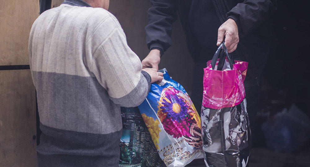 Сбор гуманитарной для пострадавших в результате крушения грузового самолета Boeing 747 авиакомпании MyCargo Airlines, осуществлявшего рейс Гонконг - Стамбул, недалеко от аэропорта Манас в селе Дача-Суу Сокулукского района Чуйской области близ Бишкека в Кыргызстане