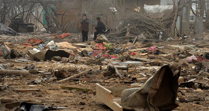 Местные жители после авиакрушения самолета Boeing-747 в поселке Дача-СУ